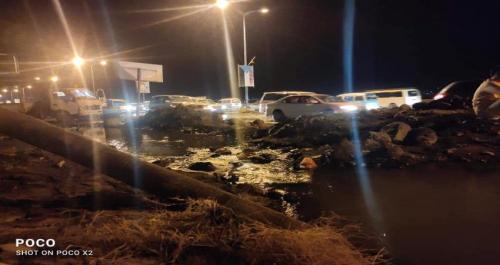 عاجل / إنكسار أنبوب مياه رئيسي في عدن و بدء عملية إصلاحه