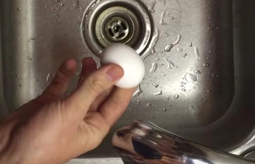 إنه يقشر بيضة مسلوقة صلبة في ثلاث ثوان فقط ويمكنك فعل هذا أيضًا! هذه الحيلة رائعة!
