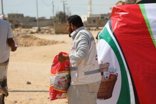 الامارات تواصل توزيع المساعدات الغذائية لأهالي حضرموت