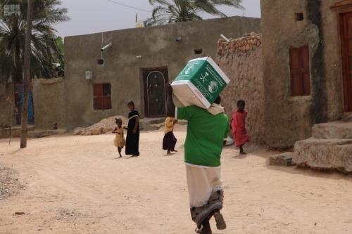 مركز الملك سلمان للإغاثة يوزع 400 سلة غذائية في مديرية حديبو بسقطرى