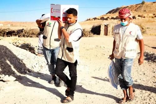 بدعم #إماراتي  هيئة الهلال الأحمر توزع أكثر من 900  سلة غذائية على أهالي محافظة #شبوة و #حضرموت