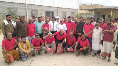 نجوم الكرة اليمنية في العصر الذهبي يزوران جمعية الصناعات  النسيجية بمديرية الروضة وسط ترحيب رسمي وشعبي كبير