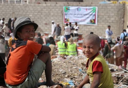 الهلال الأحمر الإماراتي يقدم مساعدات عاجلة لمخيم النازحين بمحافظة شبوة مصور