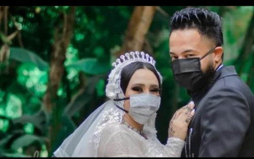 الزواج في زمن الكورونا.. عروسة تخلت عن الفرح بـ جلسة تصوير بالكمامات الطبية.. صور