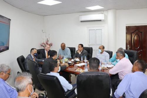 وفد دولي يزور البنك الأهلي بعد اختياره كنموذج باعتباره أحد أعرق وأهم البنوك التجارية العاملة في اليمن