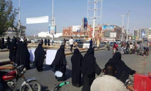 إغلاق طريق الجسر المؤدي إلى الهايبر ب #المكلا من قبل نساء يطالبن بتحسين المعيشة