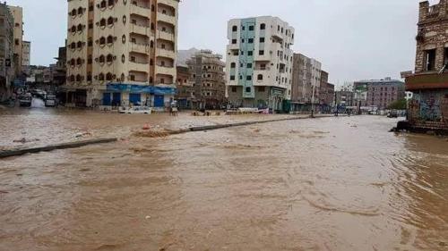 اعصار ساجر يضرب سواحل المكلا والسيول تحصار وسط المدينة  مصور