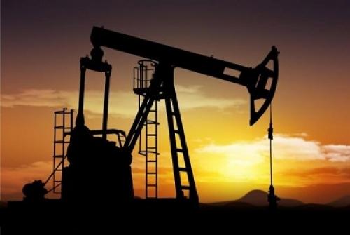 النفط ينخفض مع دراسة أوبك وروسيا زيادة الإنتاج وسط نمو إمدادات أمريكا