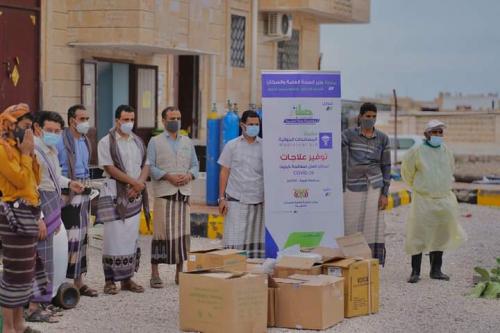 د. بافاضل مديرعام الصحة شبوة يتسلم أدوية مقدمة من مؤسسة صلة إلى مركز العزل عتق