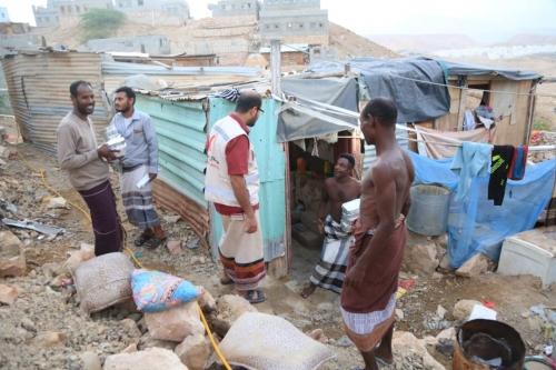 مصورالهلال الأحمر الإماراتي يواصل توزيع وجبات الإفطار والعشاء الجاهزة على المواطنين بالأحياء الفقيرة بالمكلا