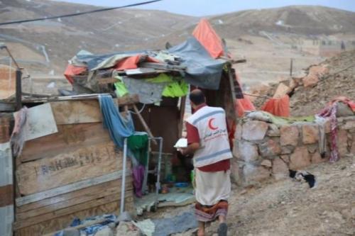"""الهلال الأحمر"""" يوزع وجبات جاهزة على المواطنين بالاحياء الفقيره في المكلا"""