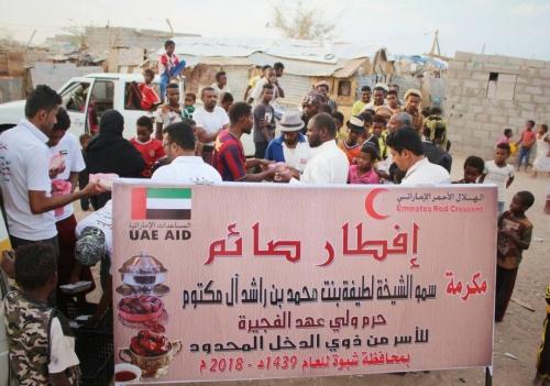"""مصور الهلال الإماراتي"""" يواصل توزيع وجبات إفطار الصائم في محافظة"""