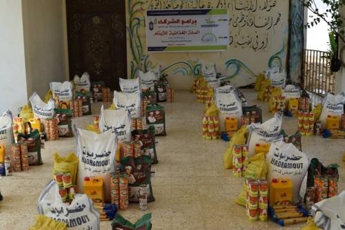 مؤسسة الفجر توزع السلة الغذائية والعيدية للأيتام بمدينة المكلا