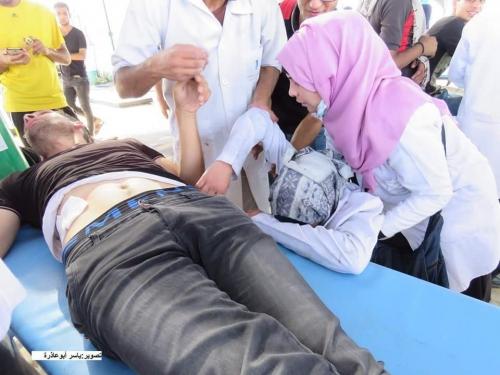 شاهد ..مسعفة فلسطينية تتفاجأ بزوجها مصابًا في مسيرة العودة بشرق غزة