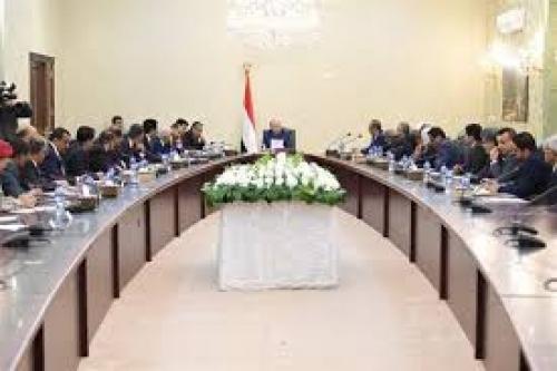 في اجتماع استثنائي للحكومة في عدن.. الرئيس يوجه بمراجعة أداء بعض المسؤولين