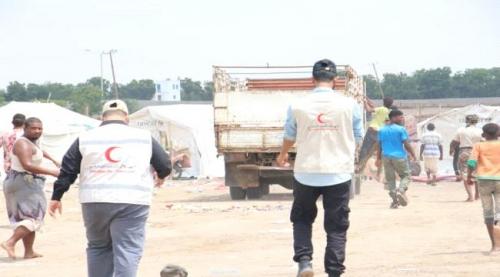 هلال الإمارات يواصل تقديم مساعدات إيوائية وإغاثية لمخيم النازحين بالرباط في محافظة لحج