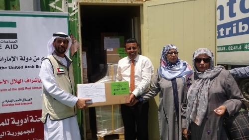 """شاهد/ بدعم من دولة الإمارات """"الهلال الاحمر"""" يسلم الصحة اليمنية شحنة أدوية للمحافظات المحررة"""