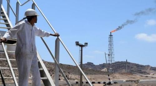 الشرعية تبدأ من ابوظبي تحركا سيرفد اقتصاد اليمن بالمليارات