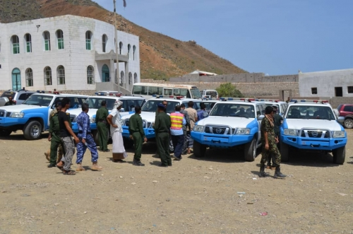 مدير عام شرطة محافظة سقطرى يدشن توزيع السيارات على المراكز الأمنية المقدمه من الامارات العربية المتحدة