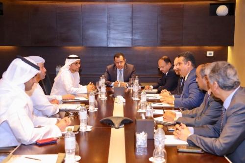 رئيس الوزراء يترأس لقاءاً يمنياً - إماراتياً لتنفيذ مشاريع مختلفة وفقاً لرؤية شاملة