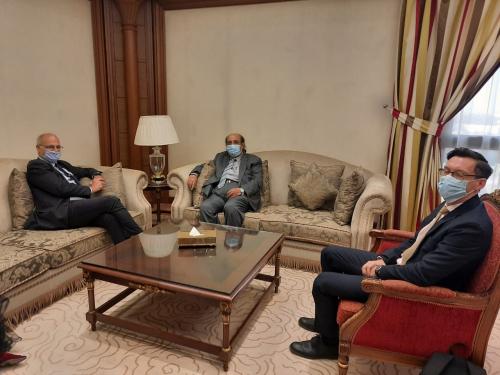 يبحث مع السفير البريطاني الأوضاع في اليمن