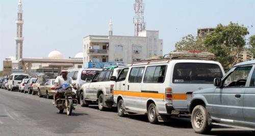 أزمة مشتقات نفطية في عدن بالتزامن مع أزمة هبوط العملة