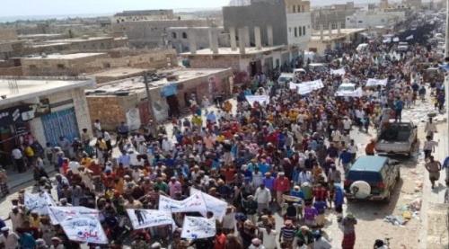 سقطرى تحتشد في تظاهرة لتأييد التحـالف العربي والمطالبة برحيل المحافظ محروس