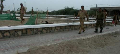 محافظ ابين يتفقد سير الاعمال الانشائية في مشروع اعادة تاهيل ساحة الشهداء بزنجبار.