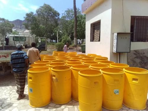 صندوق النظافة بعدن يدشن توزيع براميل قمامة لعدد من حدائق وسواحل المحافظة*
