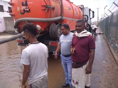مدير عام البريقة يشيد بجهود الفرق الفنية في شفط مياه الأمطار من مختلف شوارع المديرية*   *
