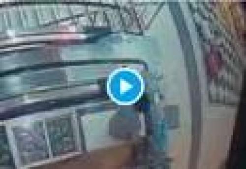 شاهد .. فيديو مؤلم لشاب صعق بماس كهربائي داخل مول تجاري بصنعاء