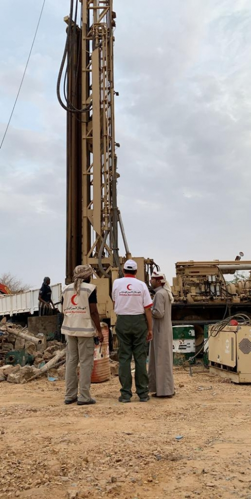 """وفد """" الهلال الأحمر الإماراتي """" يتفقد سير العمل في حفر عدد من الآبار الأرتوازية بصحراء حضرموت"""