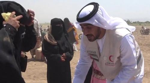الهلال الأحمر الإماراتي يغيث النازحين بالخوخة بمواد إغاثية ويتفقد أوضاعهم الصحية