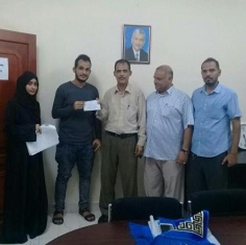 طلاب جامعة عدن المتفوقين يتسلمون اليوم مكافأتهم التتشجيعية من مؤسسة الصندوق الخيري للطلاب المتفوقين بعدن