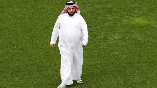 عناق عبد الله بن زايد وتركي آل الشيخ مطمئنا على صحته