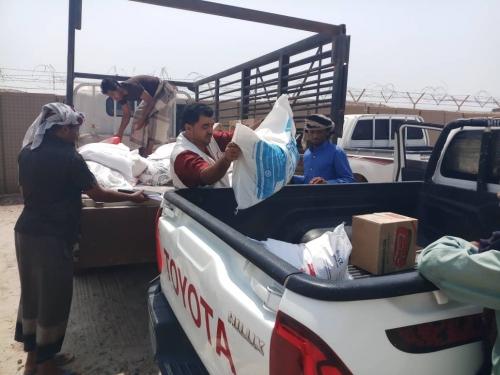 الهلال الاحمر الاماراتي يوزع مساعدات غذائية لشهداء وجرحئ النخبة الشبوانية .