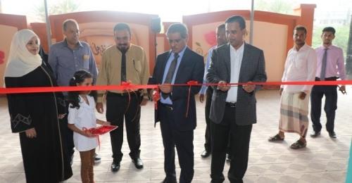محافظ حضرموت يفتتح مشاريع إعادة تأهيل مدرستين وروضة أطفال بالمكلا