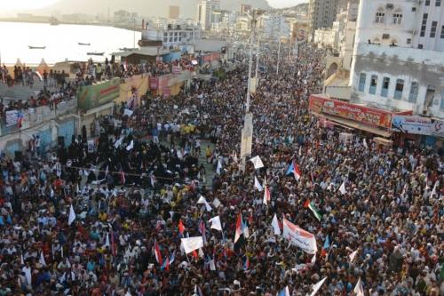 """""""وقفة احتجاجية ينظمها ابناء حضرموت تأييدا لقرار المحافظة بتوقيف تصدير النفط تقريرخاص"""
