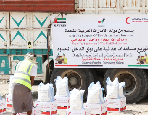 """بدعم من دولة الإمارات """"الهلال"""" يسير  قافلة إغاثية لأهالي مدينة عزان بمحافظة بشبوة."""
