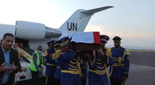 طائرة أممية تُقل جثمان قيادي حوثي بارز إلى مطار صنعاء الدولي