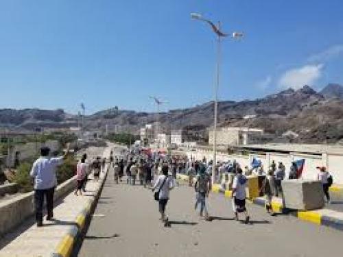 متظاهرون يصلون الى بوابة قصر معاشيق