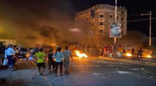 مسلحون داخل المظاهرات يطلقون الرصاص على قوات الأمن بمدينة كريتر
