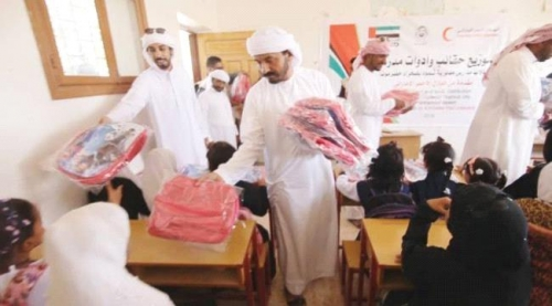 الهلال الأحمر الإماراتي يوزع حقائب وأدوات مدرسية على طلاب حضرموت