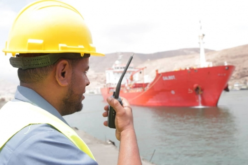 مصور ميناء المكلا يستقبل باخرة إماراتية ثانية تحمل مشتقات  نفطية لدعم محطات كهرباء ساحل حضرموت
