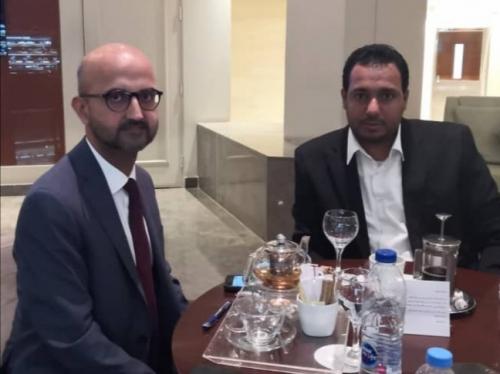 امين عام مؤتمر حضرموت الجامع يلتقي مسؤولًا في السفارة البريطانية باليمن