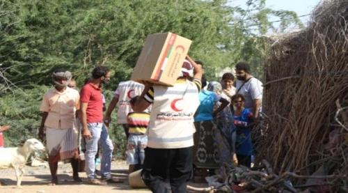 هلال الامارات يقدم مساعدات غذائية لاهالي مدينة المخا