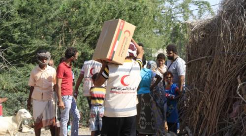 الهلال الاحمر الاماراتي : يقدم مساعدات غذائية ودوائية عاجلة لأهالي مدينة المخا