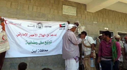 الهلال الاماراتي يوزع مساعدات غذائية رمضانية في احور