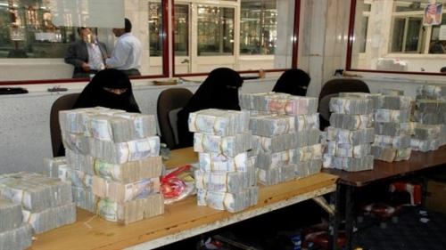 الحوثيون يداهمون محلات الصرافة بصنعاء ويصادرون الملايين من العملة الجديدة