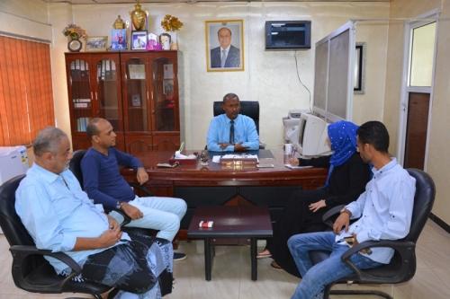 مدير صيرة يناقش تنفيذ مشروع دعم الإستقرار في اليمن بالمديرية